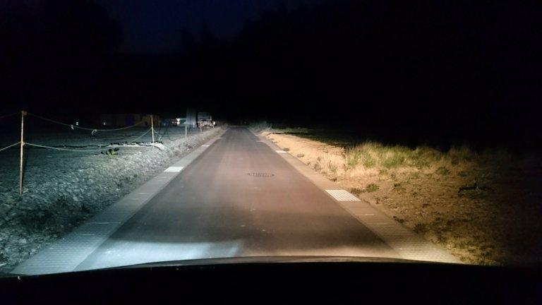 運転席ハロゲン、助手席LEDヘッドライト(車内)